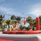 Bossaball, mix van voetbal en volleybal op een trampoline