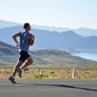 Drinkgordel met bidons gebruiken tijdens het hardlopen
