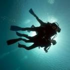 Een introductieduik, leren duiken in een zwembad