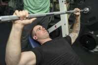 De incline bench press is een compound-oefening / Bron: SurfaceWarriors, Flickr (CC BY-SA-2.0)